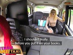 Kvinnlig Fake Taxi Lesbisk sexleksak lek och fitta slickar