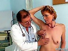 Di classe vecchietta di Mila ha bisogno esame di clinic di gyno