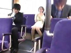 Schöne asiatische Mädchen zeigt ihre Schwanzlust Fähigkeiten in einem PU