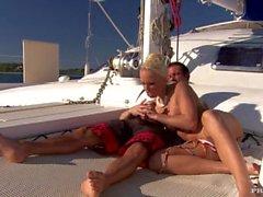 Diana Gold Hat eine Ordentlich rasiert Snapper, die auf einem großen Yacht gefickt