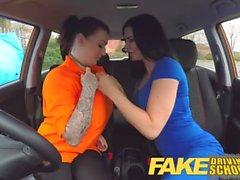 Gefälschte Driving School Große Brüste lesbischer Ex-Knacki isst heiße Prüfer Muschi auf Test
