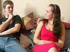 Première putain anales pour une caméra 18 ans sur le canapé