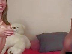 Cleo se fait baiser par Strap On!