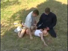 Blonde violada por dos sirve del bosque