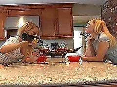 Kahta seksikäs viettelevän lapsenmielisille licking toisten pillua !