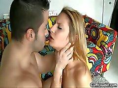 Ondeugende blonde tiener begint in de porno