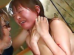 Asian Hündin geht durch einen grobe für BDSM Sitzung