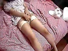 Японская девушка играет с ее киска на ее кровать
