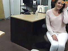 De penhores guy fode as cliente sexy a esposa dentro de seu gabinete
