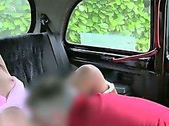 Seksikkäitä Britannian ruskeahiuksin kokemasi haittavaikutus facial väärennettyjen taksimatkan