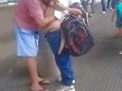 bbw пусть незнакомец сосать ее сиськи в общественном месте