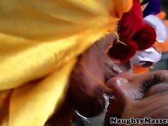 Bebé Deepthroating tatuado follada por payaso