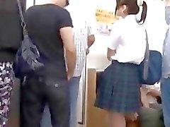 Innocente della scolara si fa un gang bang in del treno elettrico