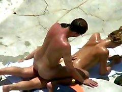triple beachfuck en zuigen onder de hete zon