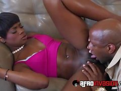 A babá negra Ana Foxxx é perfurada no sofá