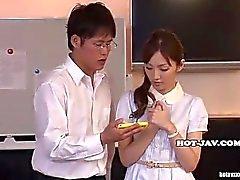 Filles japonaises masturbait avec les magnifique filles de massage dans kitchen.avi