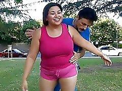 Enormi asiatico teen ager del cicciottello che salta su un grande pene