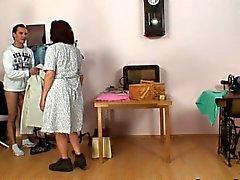 Пошив старух поглощает петуха клиентов