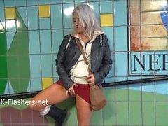 Ujo teini teini blondi ekshibitionisti Lissas julkisen vilkkuminen ja ulko- alastonkuva vauvoja