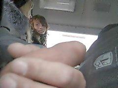 Lampeggiare e di 2 girls sega per l'autobus