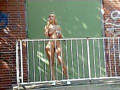 Fumar menina nua ao ar livre