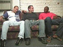 Svart män som delar ett roligt vitt grabben