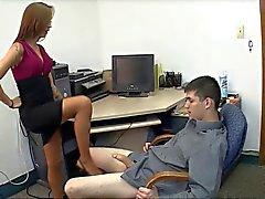 Le secrétaire étonnante permet domination féminine branlette à remous