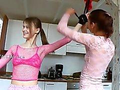 dix-huit oisillons russes jouant avec des jouets