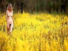 blond mokkel zichzelf aan te raken op het veld