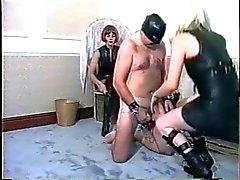 d'humiliation et la fouettée strict des homme esclave