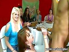 Hullu kiimainen hyvät imee strippari munaa ja nauttiakasvojen juhlissa