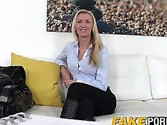 Anastasia deslumbrante loira assume os agentes de casting pinto duro