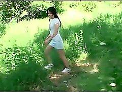 Amateur babe dando sexo oral na floresta