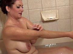 Восхитительный зрелая принимает ванну
