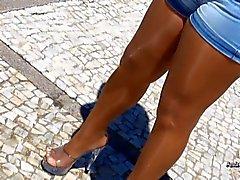 Zampe pantyhosed in una giornata soleggiata