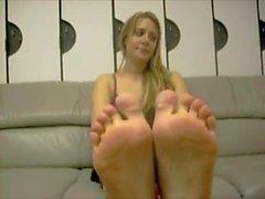 Söt grek flicka visar fötter och ger i Fotsex