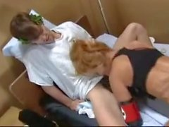 Infermiera Busty Sana Fey scopata in un MMF Trio con i pazienti