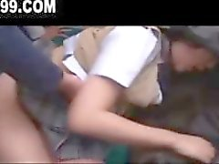 Estudante asiática monta o ônibus para casa e fica com gangbanged facial
