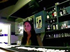 Bargirl fa un pompino pubblico