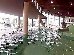 niedliches Spiel mit Freunden unterwasser