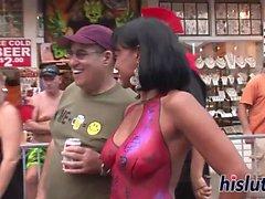 Desfile de putas nuas pintadas ao redor da cidade