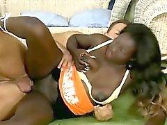 Jeune bombasse africaine en collants se fait baiser par son blanc