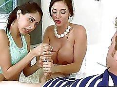 Busty sessão trindade Mulheres maduras na cama