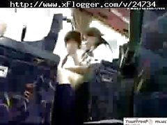 D'Asie d'écolière chaud Main en Bus