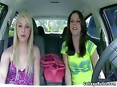 Busty Brunette ja blondi college tyttöjen villi vittu ja imevät puolue