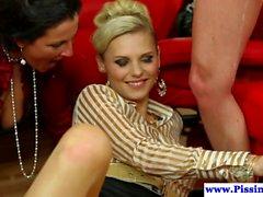 Glamorous em pissing babes no grupo de galo partilha