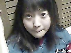 Dell'Asia Orientale a urinare adolescente