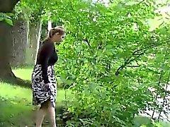 Hot blondes kusta seisomassa julkisen puiston