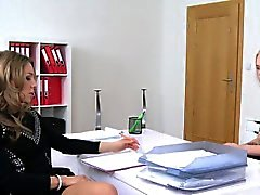 bionda firmato e donne che lecca l'agente