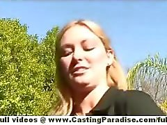 Skye Daniels amateur blond hoge hakken spelen met haar kutje